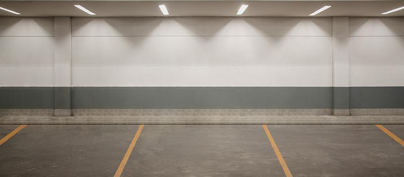 Garagestädning i parkeringsgarage i Stockholm