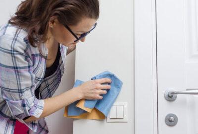 rengöra fettfläckar på väggen